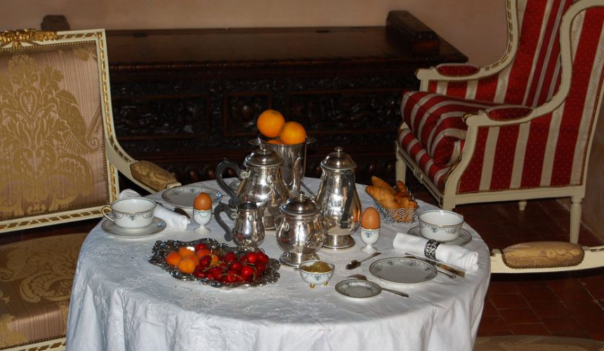 Salon avec petit déjeuner
